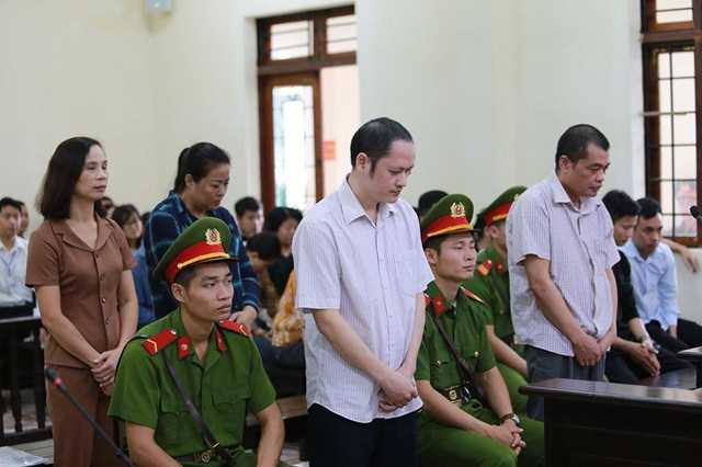 Vụ gian lận điểm thi ở Hà Giang: Vợ ông Triệu Tài Vinh bị khiển trách - 1
