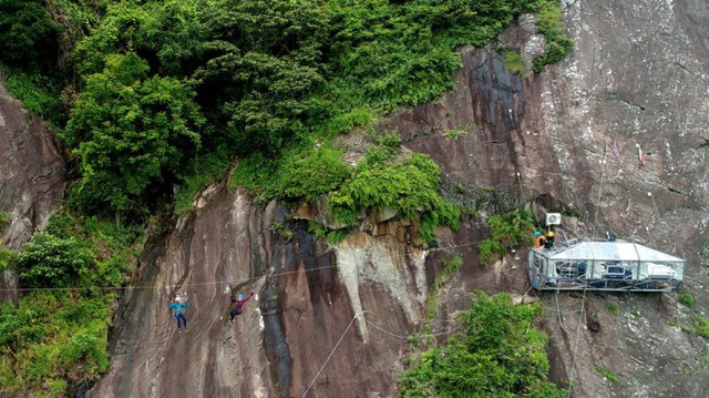 Kỳ lạ khách sạn treo mình giữa vách đá, khách muốn đến nghỉ phải đu dây qua - 7