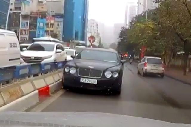 Phạt tài xế lái xe Bentley đi ngược chiều 1 triệu đồng - 1