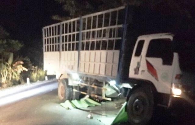 Xe tải tông 2 xe máy, 3 thanh thiếu niên tử vong - 1