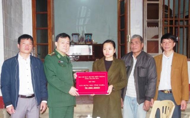 Trao 130 triệu đồng cho gia đình Thiếu tá Biên phòng hi sinh khi chống ma túy - 1