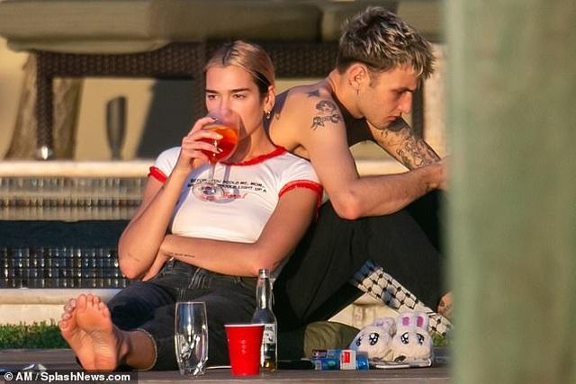 Dua Lipa tình tứ hôn bạn trai trong buổi tập yoga - 5
