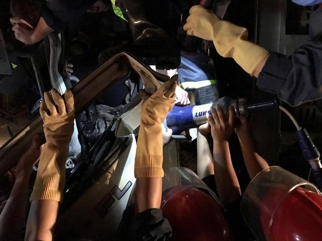 Cắt cabin xe tải giải cứu tài xế bị thương nguy kịch - 2