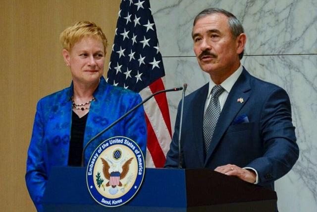 Đại sứ Mỹ tại Hàn Quốc gây tranh cãi vì để ria mép - 1