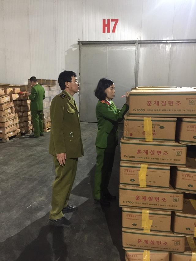 Quản lý thị trường vào cuộc, chặn đứng 25 tấn đùi gà Hàn Quốc thối sắp ra thị trường - 1