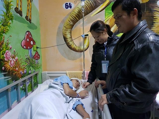 Người cha mù hát rong bật khóc khi con gái được phẫu thuật nhờ sự giúp đỡ của bạn đọc - 4