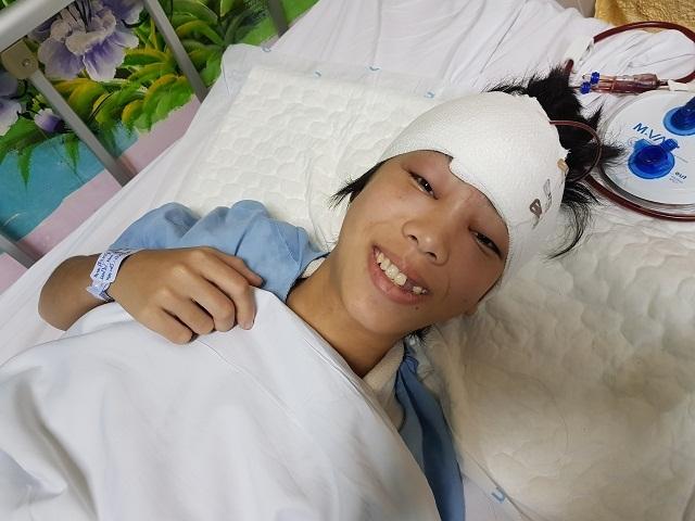 Người cha mù hát rong bật khóc khi con gái được phẫu thuật nhờ sự giúp đỡ của bạn đọc - 1