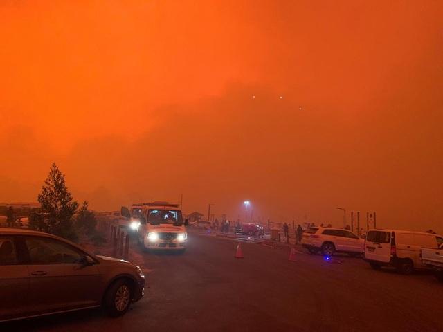 """Cháy rừng dữ dội, bầu trời Australia đỏ rực như """"ngày tận thế"""" - 1"""