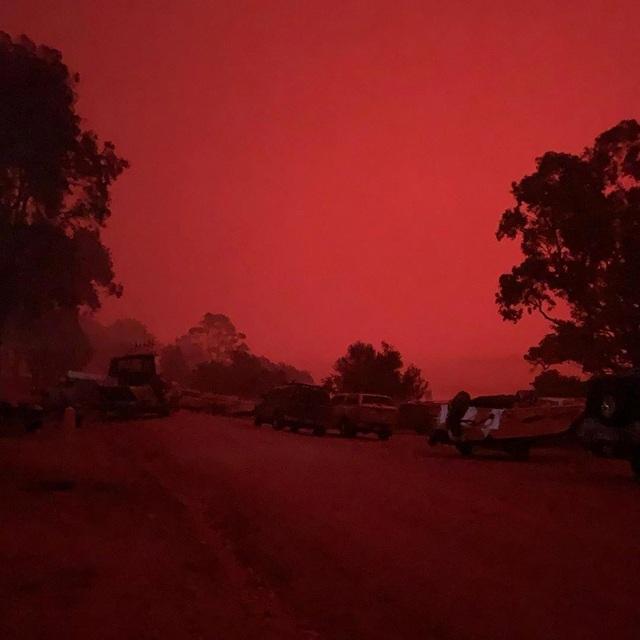 """Cháy rừng dữ dội, bầu trời Australia đỏ rực như """"ngày tận thế"""" - 3"""