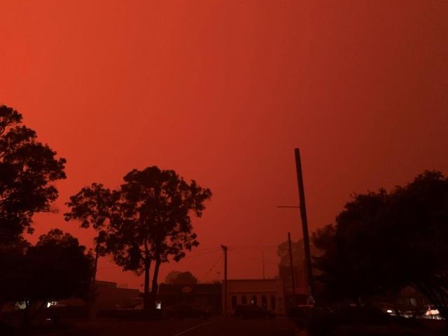 """Cháy rừng dữ dội, bầu trời Australia đỏ rực như """"ngày tận thế"""" - 5"""
