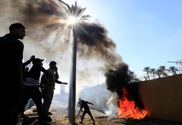 Đại sứ quán Mỹ ở Iraq sơ tán khẩn vì bị người biểu tình tấn công - 1