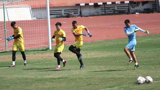 U23 Việt Nam đội nắng tập luyện trong ngày cuối cùng của năm 2019 - 16