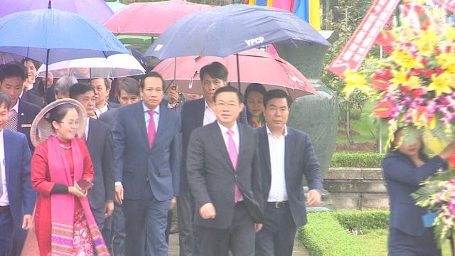 Phó Thủ tướng Vương Đình Huệ thăm, tặng quà các gia đình chính sách, hoàn cảnh khó khăn - 1