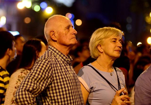 Khách Tây trao nhau nụ hôn dưới màn pháo hoa chào đón năm mới ở Sài Gòn - 5