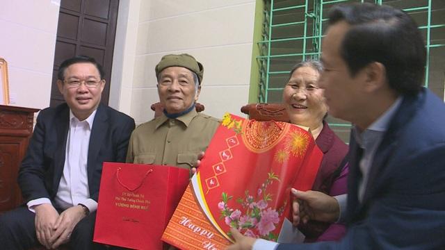 Phó Thủ tướng Vương Đình Huệ thăm, tặng quà các gia đình chính sách, hoàn cảnh khó khăn - 5