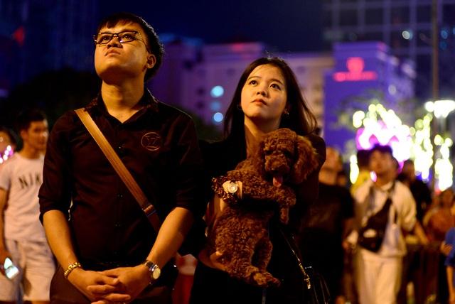 Khách Tây trao nhau nụ hôn dưới màn pháo hoa chào đón năm mới ở Sài Gòn - 9