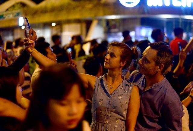 Khách Tây trao nhau nụ hôn dưới màn pháo hoa chào đón năm mới ở Sài Gòn - 3