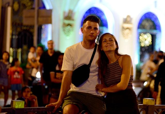 Khách Tây trao nhau nụ hôn dưới màn pháo hoa chào đón năm mới ở Sài Gòn - 6