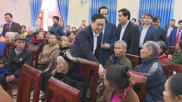 Phó Thủ tướng Vương Đình Huệ thăm, tặng quà các gia đình chính sách, hoàn cảnh khó khăn - 6