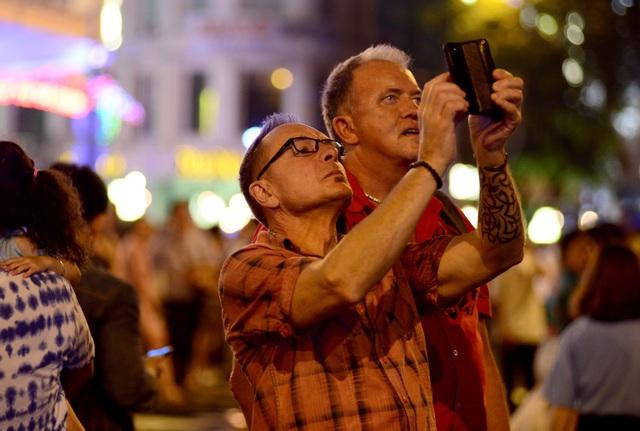 Khách Tây trao nhau nụ hôn dưới màn pháo hoa chào đón năm mới ở Sài Gòn - 10