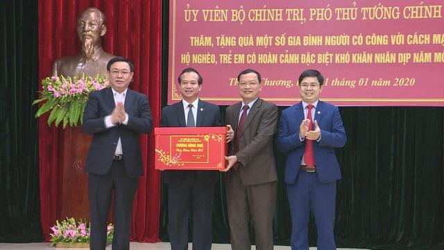 Phó Thủ tướng Vương Đình Huệ thăm, tặng quà các gia đình chính sách, hoàn cảnh khó khăn - 9