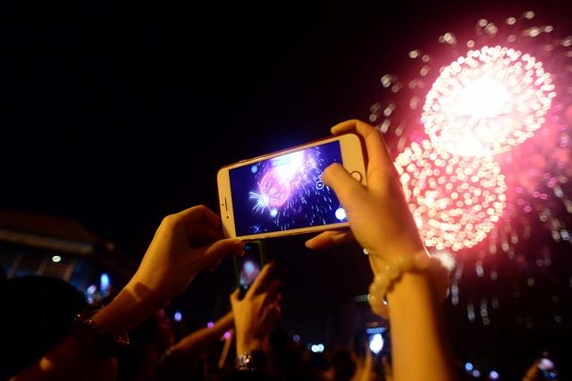 Khách Tây trao nhau nụ hôn dưới màn pháo hoa chào đón năm mới ở Sài Gòn - 12
