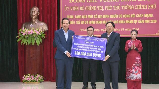 Phó Thủ tướng Vương Đình Huệ thăm, tặng quà các gia đình chính sách, hoàn cảnh khó khăn - 10