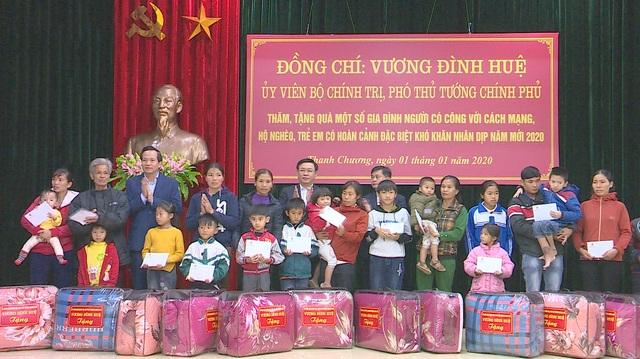 Phó Thủ tướng Vương Đình Huệ thăm, tặng quà các gia đình chính sách, hoàn cảnh khó khăn - 7