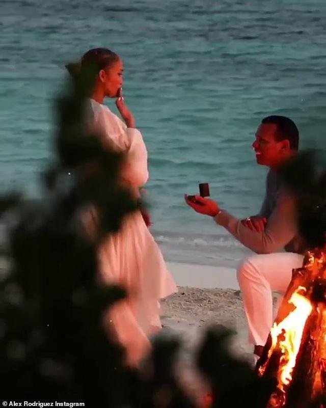Đón năm mới, bồ trẻ của Jennifer Lopez chia sẻ loạt hình ảnh bên bạn gái - 3