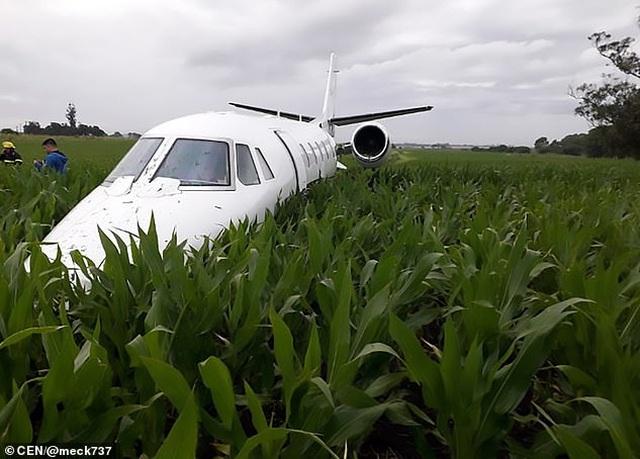 Máy bay Argentina mài bụng xuống đất do động cơ trục trặc - 2
