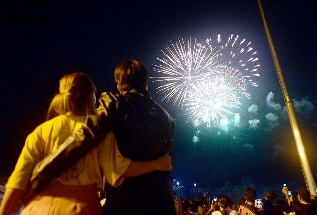 Khách Tây trao nhau nụ hôn dưới màn pháo hoa chào đón năm mới ở Sài Gòn - 7