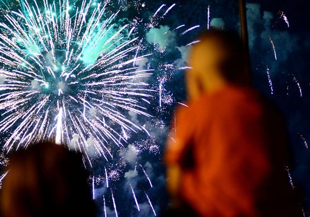 Khách Tây trao nhau nụ hôn dưới màn pháo hoa chào đón năm mới ở Sài Gòn - 4