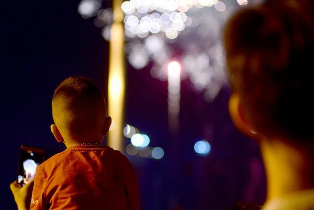Khách Tây trao nhau nụ hôn dưới màn pháo hoa chào đón năm mới ở Sài Gòn - 11