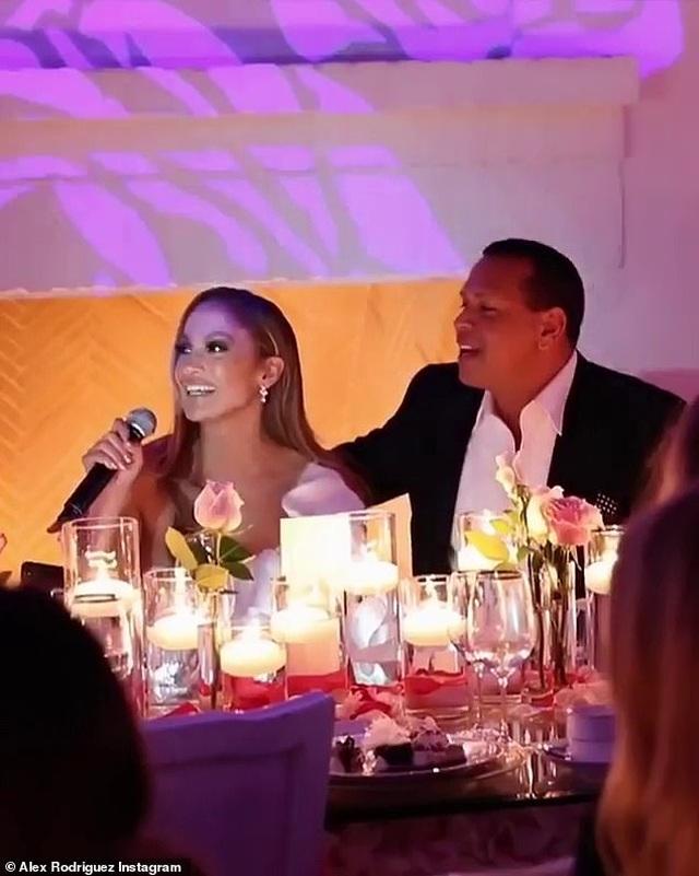 Đón năm mới, bồ trẻ của Jennifer Lopez chia sẻ loạt hình ảnh bên bạn gái - 5