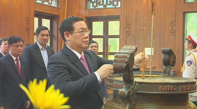 Phó Thủ tướng Vương Đình Huệ thăm, tặng quà các gia đình chính sách, hoàn cảnh khó khăn - 2