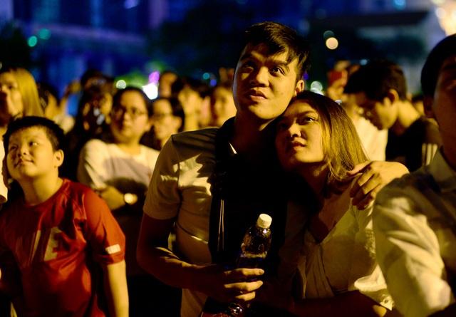 Khách Tây trao nhau nụ hôn dưới màn pháo hoa chào đón năm mới ở Sài Gòn - 8