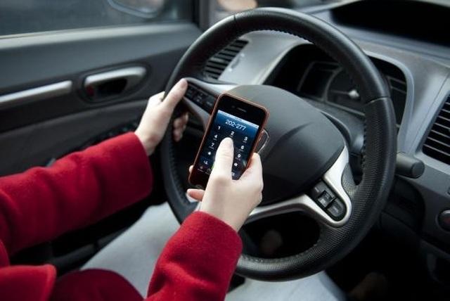 Từ hôm nay, tài xế sử dụng điện thoại khi lái xe bị phạt tới 2 triệu đồng - 1