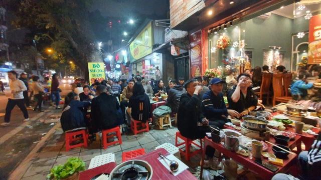 Hàng quán đông nghịt, gần tới giao thừa vẫn đi mua rau phục vụ khách - 2