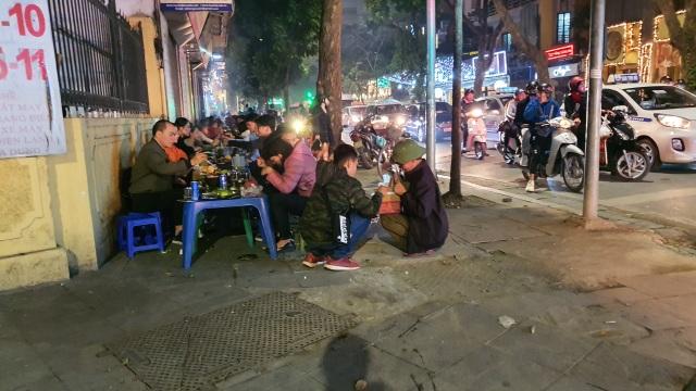 Hàng quán đông nghịt, gần tới giao thừa vẫn đi mua rau phục vụ khách - 4