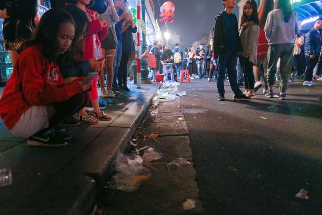 """Phố đi bộ hồ Gươm ngập trong rác sau màn """"đếm ngược chào năm mới"""" - 4"""