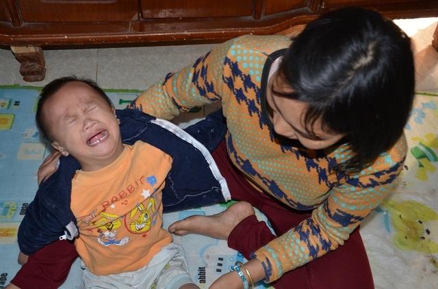 Bà mẹ đơn thân ôm con trai không có hậu môn sống cơ cực trong đói nghèo - 2