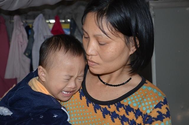 Bà mẹ đơn thân ôm con trai không có hậu môn sống cơ cực trong đói nghèo - 4