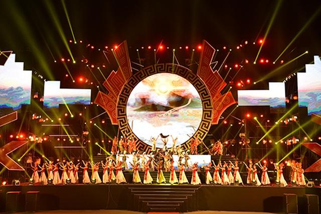 """Thuỳ Chi, Ngô Hồng Quang """"cháy hết mình"""" trong đêm nghệ thuật chào đón năm mới 2020 - 2"""