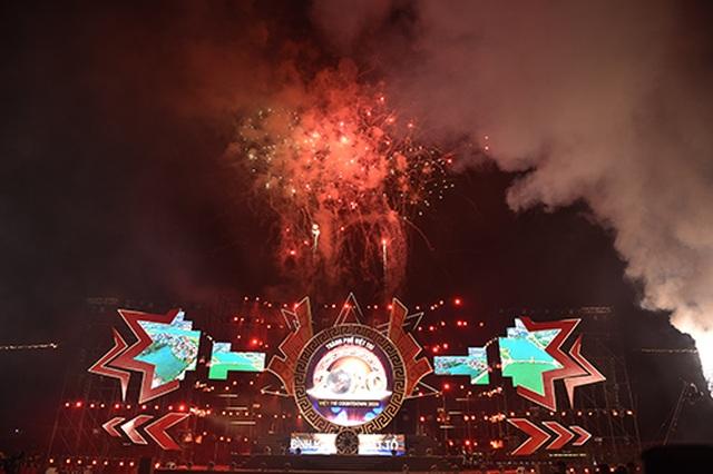 """Thuỳ Chi, Ngô Hồng Quang """"cháy hết mình"""" trong đêm nghệ thuật chào đón năm mới 2020 - 15"""