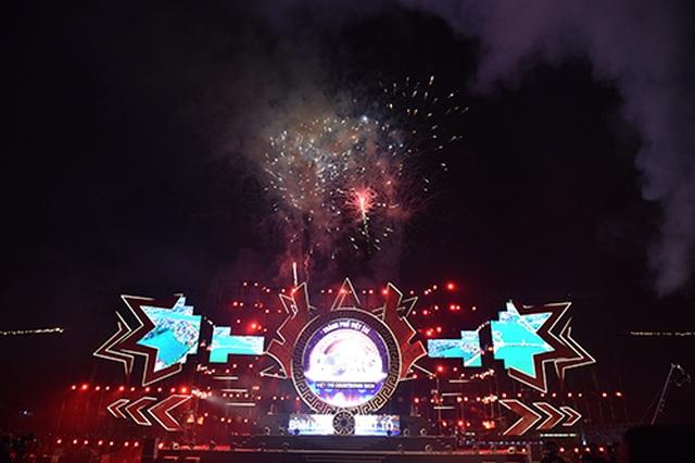 """Thuỳ Chi, Ngô Hồng Quang """"cháy hết mình"""" trong đêm nghệ thuật chào đón năm mới 2020 - 16"""