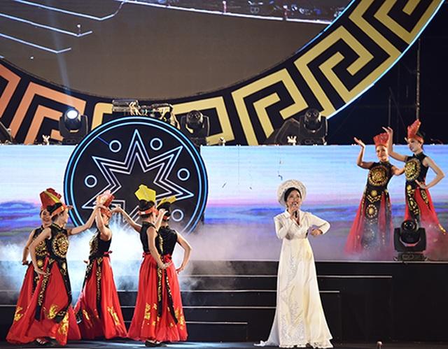 """Thuỳ Chi, Ngô Hồng Quang """"cháy hết mình"""" trong đêm nghệ thuật chào đón năm mới 2020 - 3"""