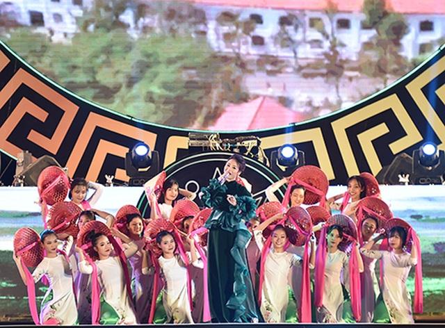 """Thuỳ Chi, Ngô Hồng Quang """"cháy hết mình"""" trong đêm nghệ thuật chào đón năm mới 2020 - 4"""
