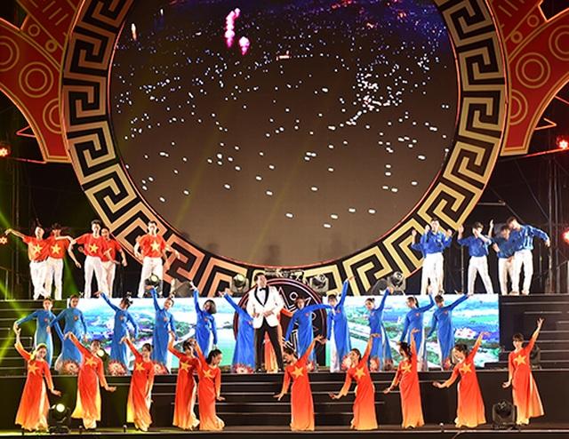 """Thuỳ Chi, Ngô Hồng Quang """"cháy hết mình"""" trong đêm nghệ thuật chào đón năm mới 2020 - 6"""