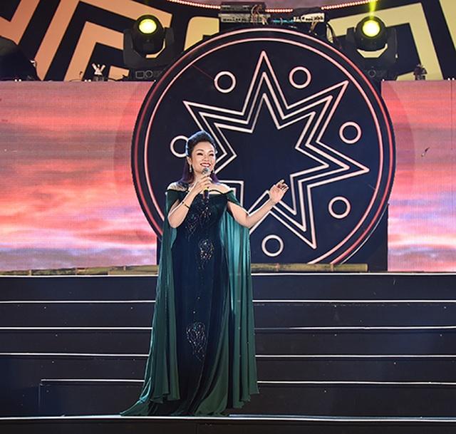 """Thuỳ Chi, Ngô Hồng Quang """"cháy hết mình"""" trong đêm nghệ thuật chào đón năm mới 2020 - 5"""