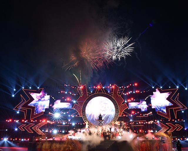 """Thuỳ Chi, Ngô Hồng Quang """"cháy hết mình"""" trong đêm nghệ thuật chào đón năm mới 2020 - 11"""